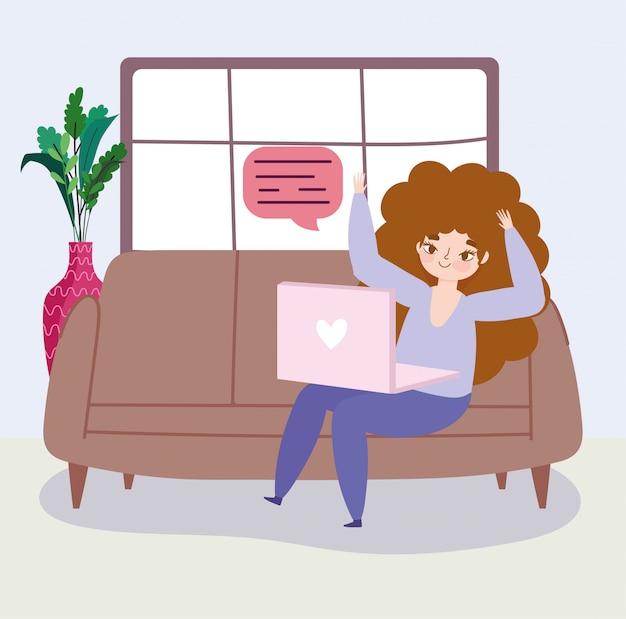Pracuje zdalnie, młoda kobieta w pokoju z laptopem sms-y na kanapie