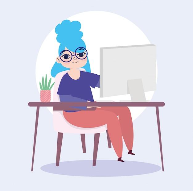 Pracuje zdalnie, młoda kobieta z komputerem na biurku