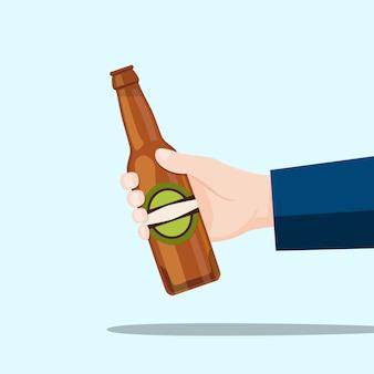 Prawa ręka trzyma piwną butelkę i błękitnego tło