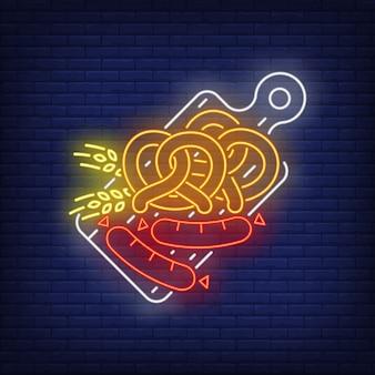 Precle, kiełbaski i kłosy jęczmienia na desce do krojenia neon znak