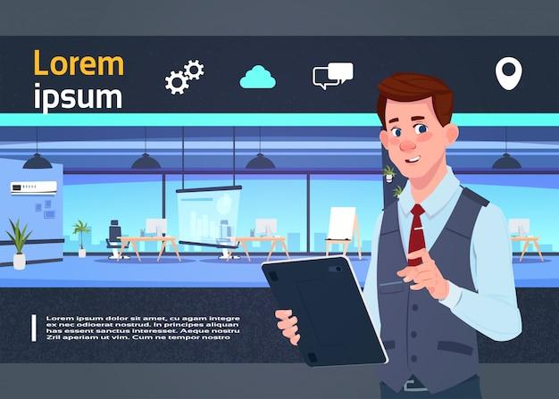 Prezentacja przestrzeni coworkingowej z biznesmenem
