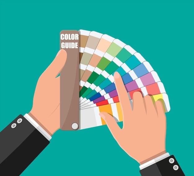 Próbka koloru. przewodnik po palecie kolorów w ręku. kolorowa skala.