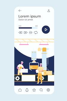 Proces produkcyjny w fabryce. pracownicy i robot usuwający pudełka z przenośnika taśmowego.
