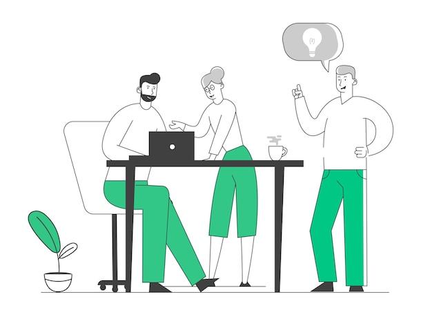 Proces twórczy w biurze. ludzie biznesu stoją przy biurku, omawiając koncepcję pomysłu z żarówką w dymku.