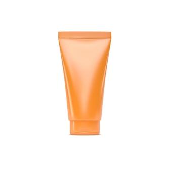 Produkt kosmetyczny do ochrony przeciwsłonecznej z pomarańczowej plastikowej tubki kremowej na białym tle