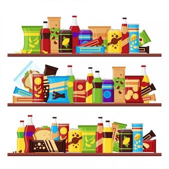 Produkt na przekąski ustawiony na półkach, kolorowe przekąski typu fast food napoje orzechy chipsy krakersy sok kanapka czekolada na białym tle