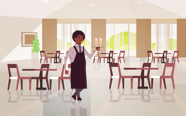 Profesjonalny kelner trzymający tacę z dwoma kieliszkami szampana