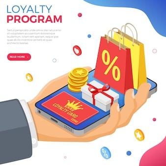 Programy lojalnościowe w ramach marketingu zwrotów klientów. pudełko upominkowe, zwroty, odsetki, punkty, premie. ręka ze smartfonem daje prezenty na premie z programu lojalnościowego. wektor izometryczny
