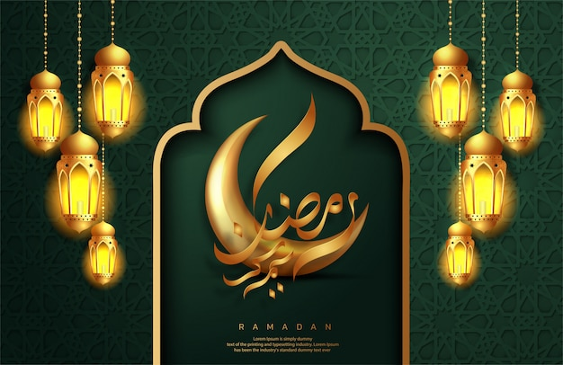 """Projekt karty z pozdrowieniami ramadan kareem. złoty półksiężyc z kaligrafią arabską tłumaczenie tekstu """"ramadan kareem"""" i wiszące lampiony ramadan. świętowanie islamu."""