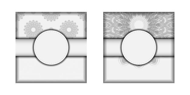 Projekt karty zaproszenie z miejscem na twój tekst i czarne ozdoby. projekt pocztówki białe kolory z mandalami.
