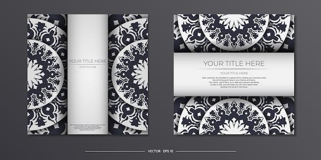 Projekt karty zaproszenie z miejscem na twój tekst i wzory vintage. wektor gotowy do druku projekt pocztówki w kolorze białym z greckimi wzorami.