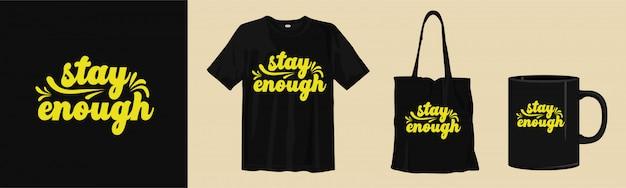 Projekt koszulki i gadżetów z makietą. cytaty z liternictwa typograficznego. zostań wystarczająco.