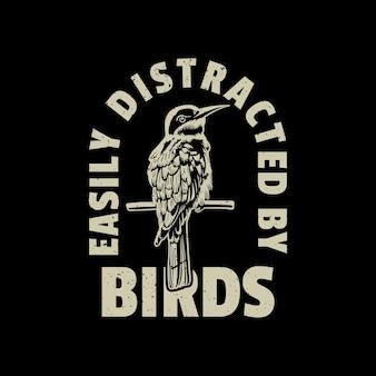 Projekt koszulki rozproszonej przez ptaki z ptakiem siedzącym na gałęzi z czarnym tłem rocznika ilustracji