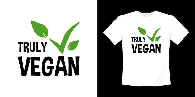Projekt koszulki wegańskie. naprawdę wegańskie napis natura świeża zielona ręcznie rysowane ilustracja. koncepcja zdrowej koszuli wegetariańska.