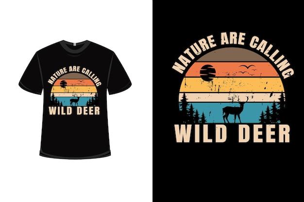 Projekt koszulki z naturą woła dzikie jelenie w kolorze pomarańczowo-zielonym i brązowym