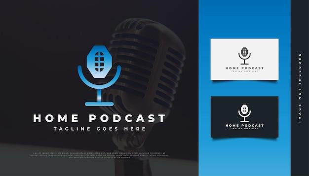 Projekt logo domu i mikrofonu dla tożsamości podcastów rozrywkowych. szablon projektu logo podcastu