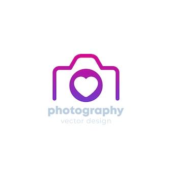 Projekt logo fotografii z aparatem i sercem