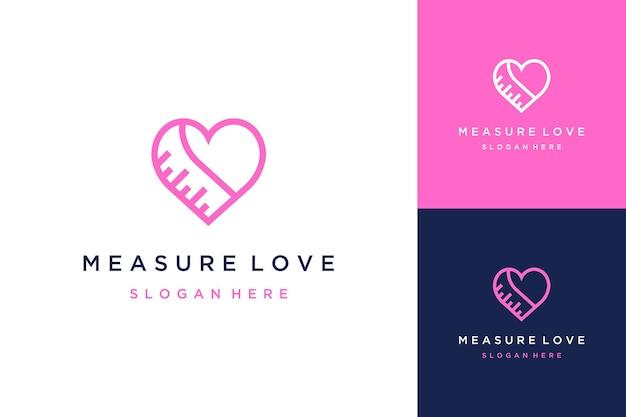 Projekt logo mierzący miłość lub serce za pomocą linijki