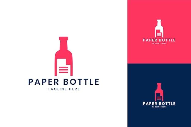 Projekt logo negatywnej przestrzeni papierowej butelki