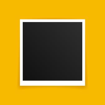 Projekt makiety ramki na zdjęcia. ramka na zdjęcia na białym tle na żółtym tle.