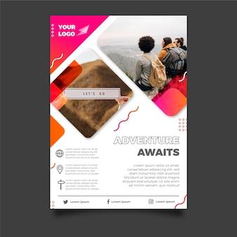 Projekt plakatu podróży ze zdjęciem ludzi
