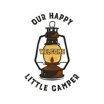 Projekt plakietki kempingowej - nasz szczęśliwy mały cytat z kampera z ilustracją emblematu latarni kempingowej.