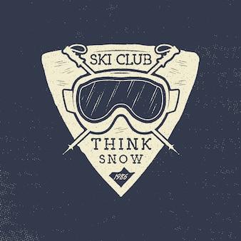 Projekt plakietki klubu narciarskiego z nartami i okularami
