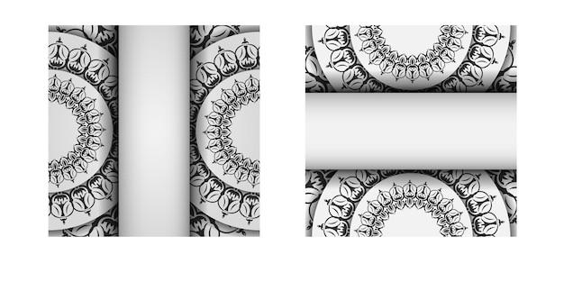 Projekt pocztówki białe kolory z ornamentem mandali. projekt karty zaproszenie z miejscem na twój tekst i wzory vintage.