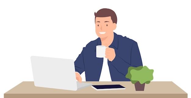 Projekt postaci z kreskówek ludzi młody człowiek pracuje na laptopie i trzymając filiżankę kawy siedząc przy biurku. idealny zarówno do druku, jak i projektowania stron internetowych.