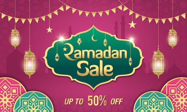 Projekt transparentu sprzedaży ramadan ze złotą błyszczącą ramką, arabskimi lampionami i islamskim ornamentem na fioletowo