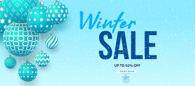 Projekt transparentu zimowej sprzedaży z niebieskimi miskami z geometrycznymi wzorami i tekstem zimowej sprzedaży w tle śniegu na promocję zakupów.