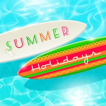 Projekt wakacji letnich - deska surfingowa na niebiesko lśniącej tropikalnej wodzie