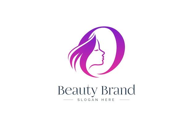 Projektowanie logo litery o uroda. sylwetka twarz kobiety na białym tle na literę o.