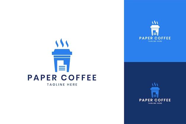 Projektowanie logo negatywnej przestrzeni papierowej kawy