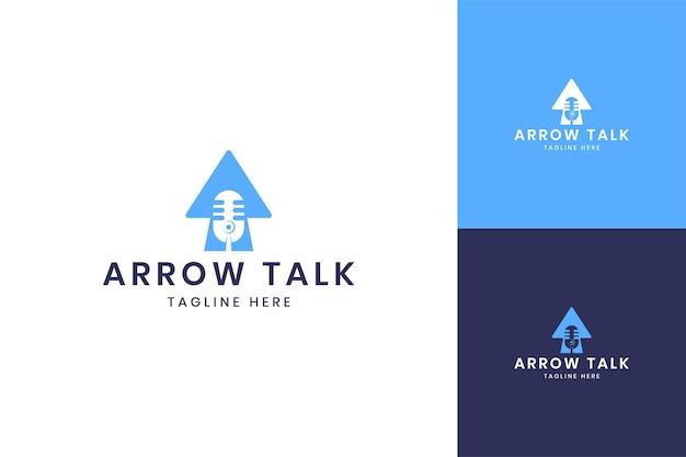 Projektowanie logo negatywnej przestrzeni strzałki podcast