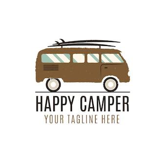 Projektowanie logo szczęśliwy kamper. ilustracja rocznika autobusu. godło ciężarówki rv. van ikona szablon. sprzęt do surfingu. koncepcja przygody karawany. symbol odkryty wagon rodzinny. klasyczna letnia ciężarówka. projekt.