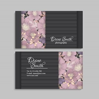 Projektuje szablon wizytówkę z kolorową teksturą i kwiatem, liściem, ziele.