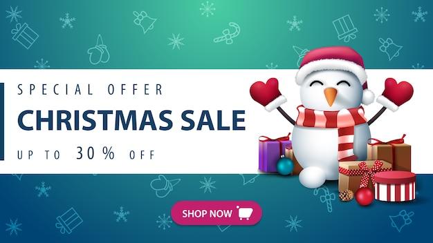Promocja świąteczna wyprzedaż do 50 zniżki, bałwanek w czapce świętego mikołaja z prezentami