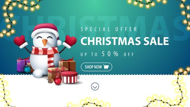 Promocja świąteczna wyprzedaż do 50 zniżki z falistą linią, girlandą i bałwanem w czapce świętego mikołaja z prezentami