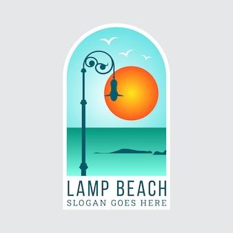 Prosta ilustracja latarni ulicznych z rocznika modeli znajdujących się na plaży o zachodzie słońca. ilustracja szablonu projektu naklejki lub logo.