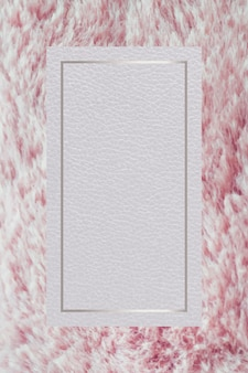 Prostokątna srebrna ramka na różowym puszystym tle