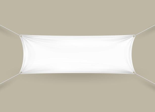 Prostokątny poziomy baner z pustej białej tkaniny z linami przymocowanymi do każdego rogu