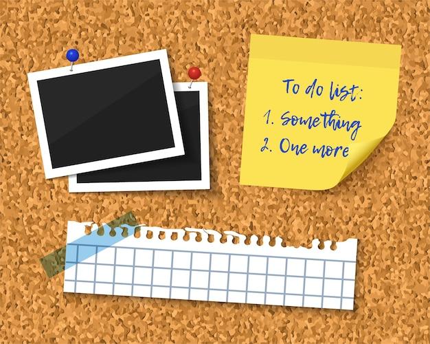 Przedmioty przypięte do tablicy korkowej z drewnianą ramą. zdjęcia, karteczka, podarty zeszyt, lista rzeczy do zrobienia