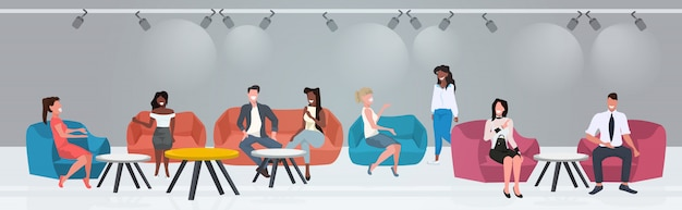 Przedsiębiorców siedzi przy stolikach kawiarni omawianie podczas spotkania nowoczesne w restauracji