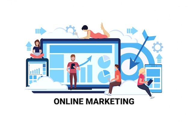 Przedsiębiorcy korzystający z wykresów gadżetów przedstawiają diagram marketingu internetowego e-commerce intern