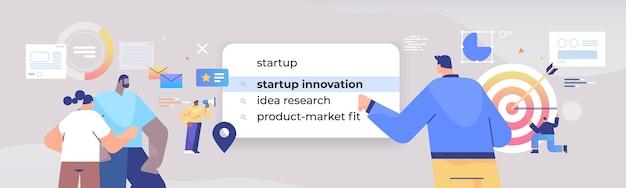 Przedsiębiorcy wybierający innowacje startowe w pasku wyszukiwania na ekranie wirtualnym kreatywny pomysł na biznes internet koncepcja sieciowa pozioma ilustracja portretowa