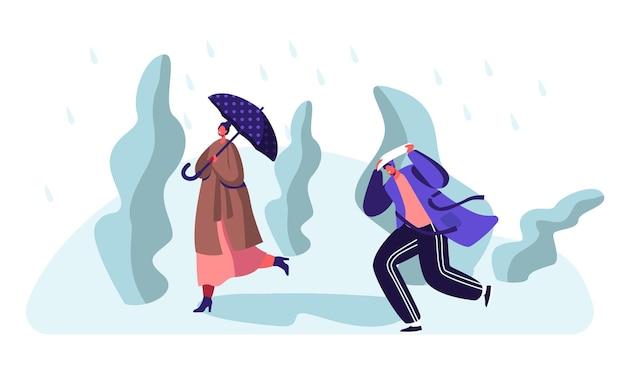Przemoczeni przechodnie idący pod wiatr i deszcz