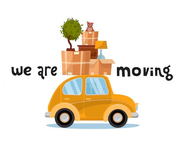 Przenosimy koncepcję napisów. mały żółty samochód z pudełkami na dachu z meblami, lampą, kotem, rośliną. przeprowadzka do domu.