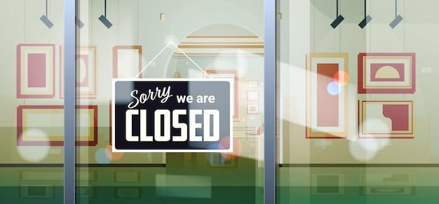Przepraszam, że jesteśmy zamknięci znak wiszący na zewnątrz sklepu lub sklepu biurowego firmy