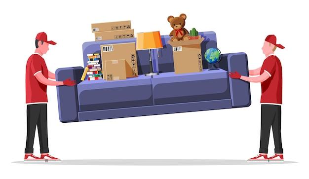 Przeprowadzki postaci dostawczej niosą sofę z przedmiotami gospodarstwa domowego